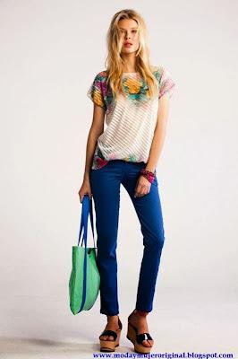 pantalon azul electrico y bolso combinando
