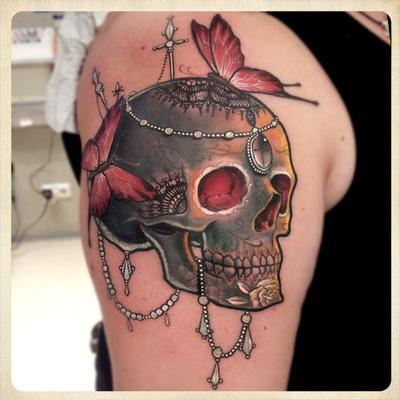 Kolorowy tatuaż czaszki na ramieniu