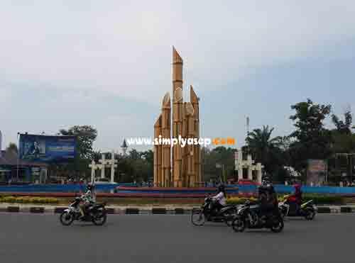 WISATA : Tugu Digulis yang berada di jantung kota Pontianak.  Salah satu aset wisata kota Pontianak yang mudah ditemui.  Foto Asep Haryono