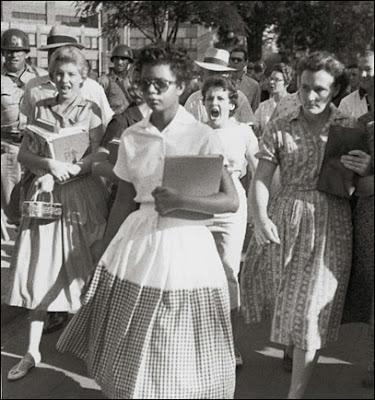 на фото: Элизабет Экфорд пытается пройти в школу города Литл-Рок 4 сентября 1957 года. На заднем плане — кричащая толпа белых расистов и солдат Национальной гвардии.