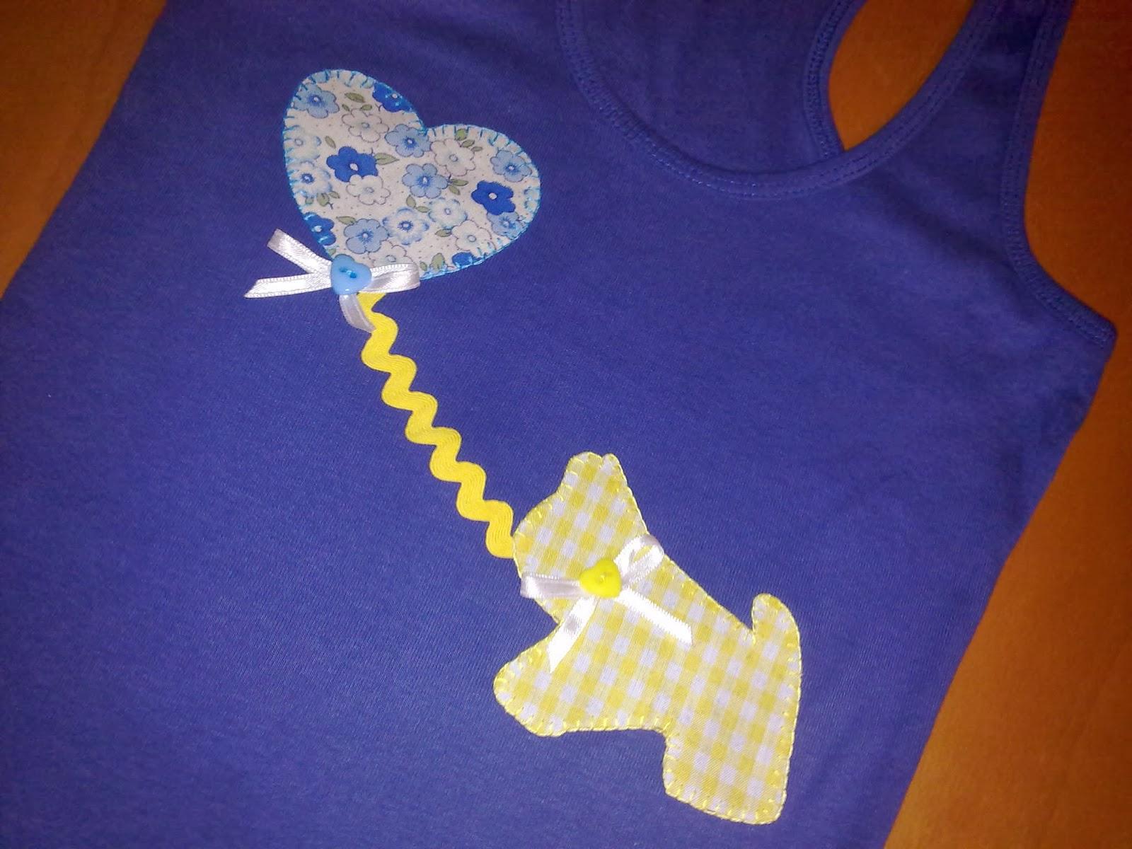 camiseta con aplicación de corazón de globo y perro
