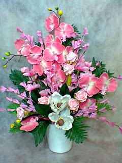 Seramikde pembe yapay çiçek