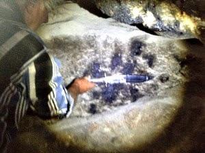 La cueva de los Gigantes en Nevada USA que la ciencia quiere ocultar Cueva+Lovelock+mano+medida+con+cuchillo