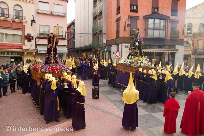 http://interbenavente.es/not/11227/la-madrugada-recibe-el-encuentro-de-jesus-y-la-dolorosa-en-la-plaza-mayor-de-benavente/