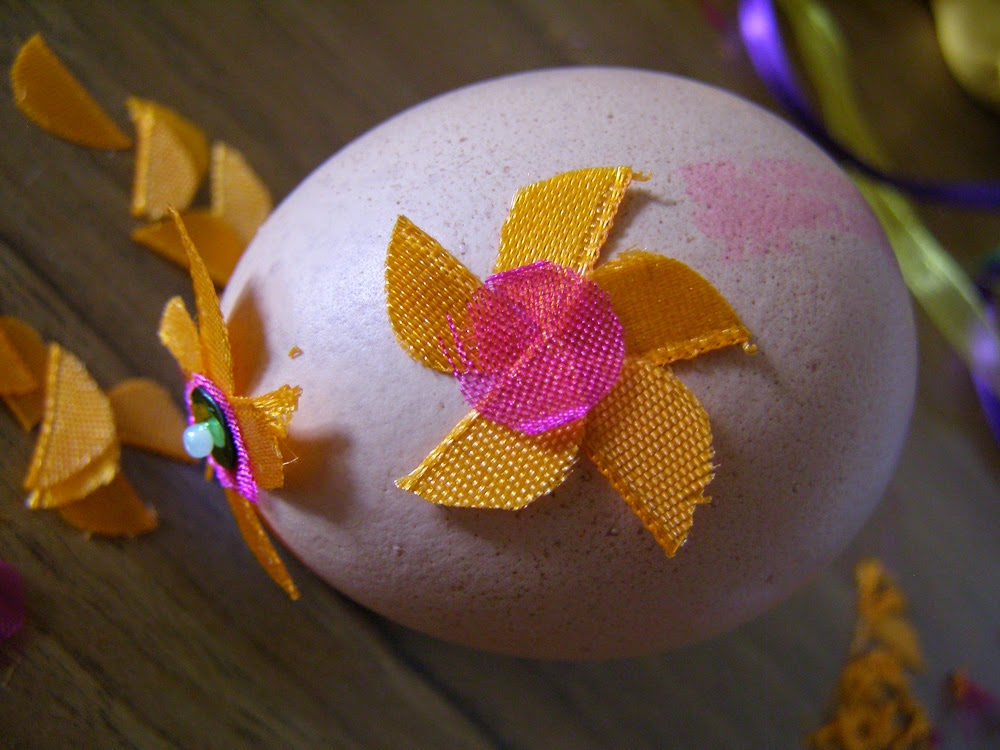 Step-by-step tutorial how to decorate eggs
