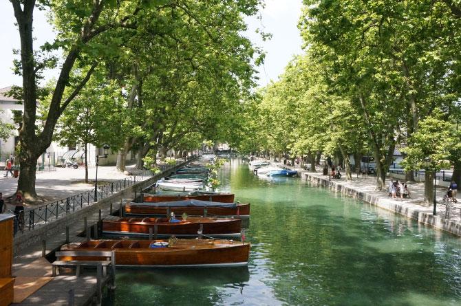 Bateaux sur le canal d'Annecy