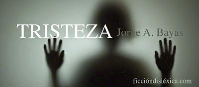 silueta de una mujer borrosa detras de un vidrio con tonalidades verdes, con el título del poema TRISTEZA del autor Jorge Bayas del blog ficciondislexica.com