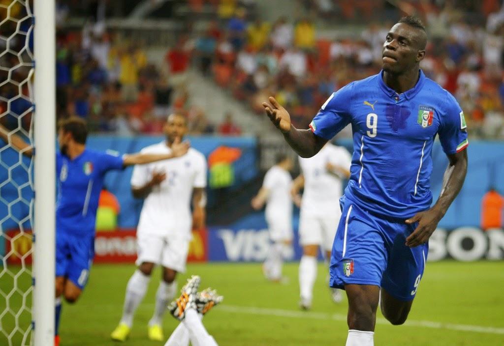 Né le 12 août 1990 à Palerme, Mario Balotelli est un footballer international italien. Adopté à l'âge de deux ans par une famille de la banlieue de Brescia, Mario est né de parents ghanéens, Thomas et Rose Barwuah.