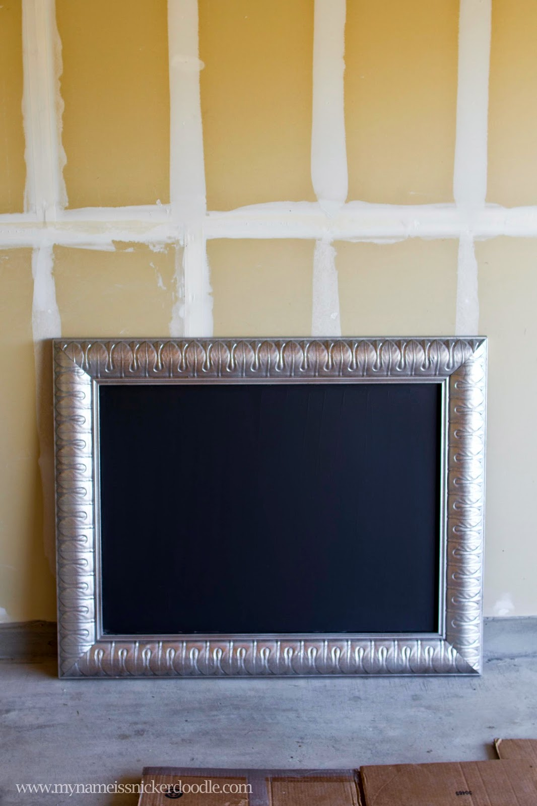 Here's how to turn an old painting into an adorable framed chalkboard!  | My Name Is Snickerdoodle #chalkboard
