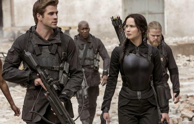 Gale y Katniss en una escena de 'Los Juegos del Hambre: Sinsajo. Parte 1'. Crítica de 'Los Juegos del Hambre: Sinsajo. Parte 1. LA TAQUILLA. Making Of. Cine