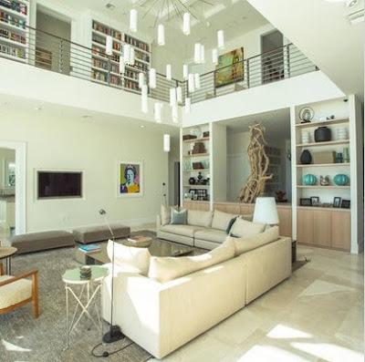 Sala a doble altura en color blanco