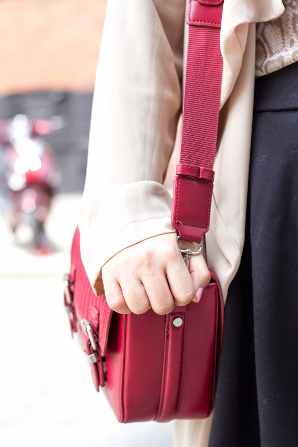 music-festival-look, chiffon-trench-coat, burgundy-cross-body-bag