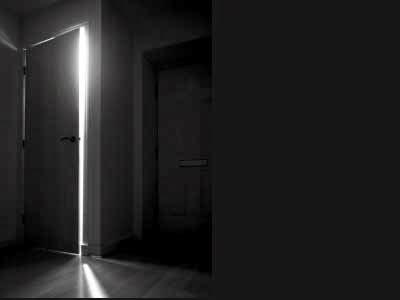 Открытая дверь в пустой квартире