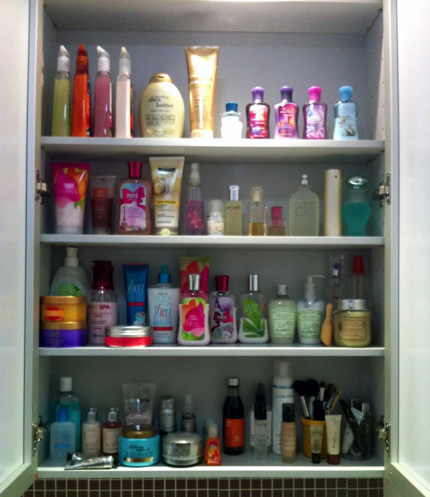 Sua bancada do banheiro vive cheia de cremes perfumes cosméticos e  #712E2D 1384x1600 Banheiro Com Armario Suspenso
