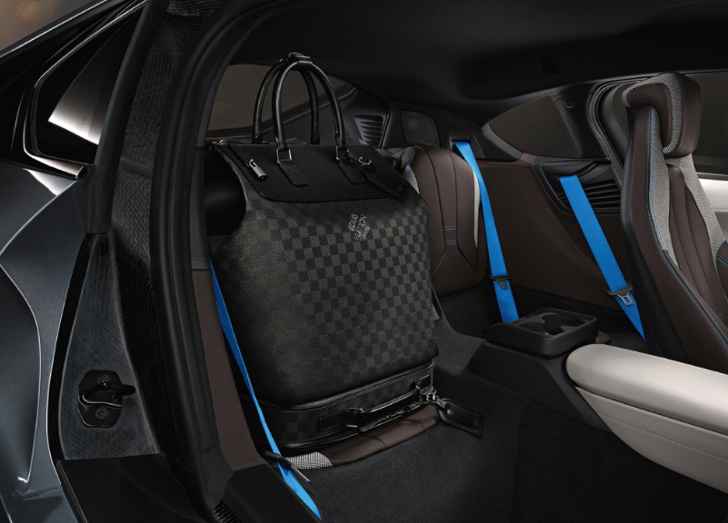 INTERIOR BMW I8 CON EQUIPAJE LOUIS VUITTON