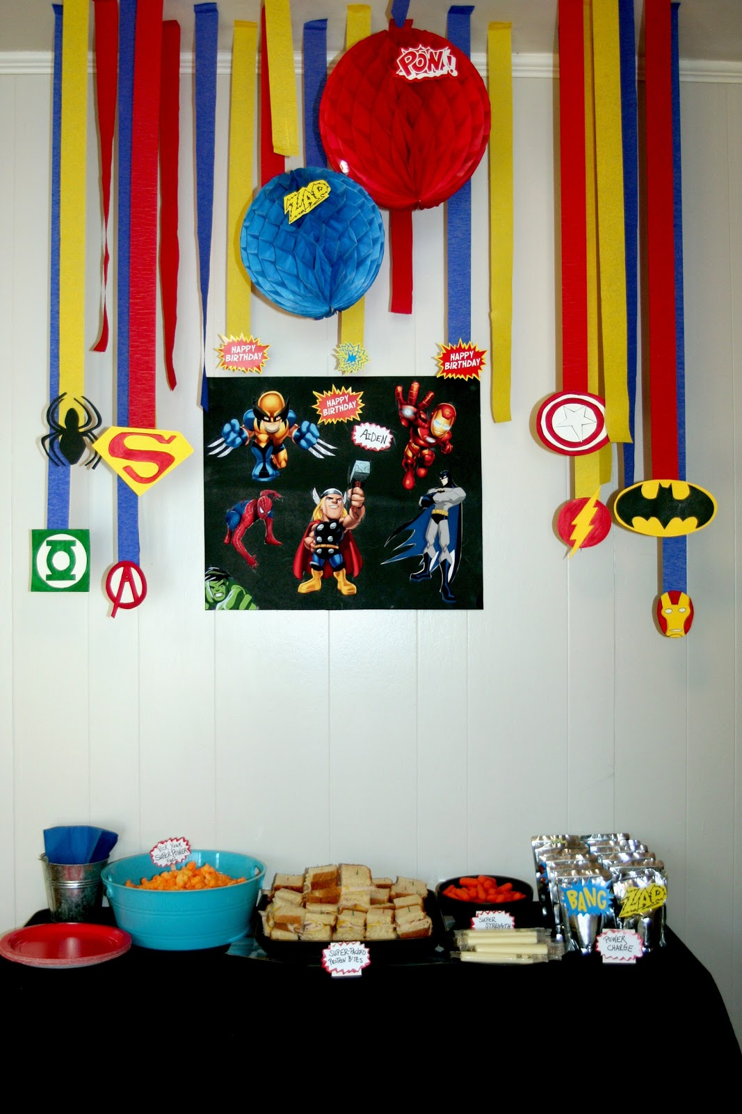 Circles of sunshine super hero birthday party for Decoration chambre super heros
