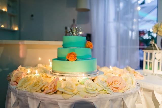 Tort weselny w kolorze miętowym.