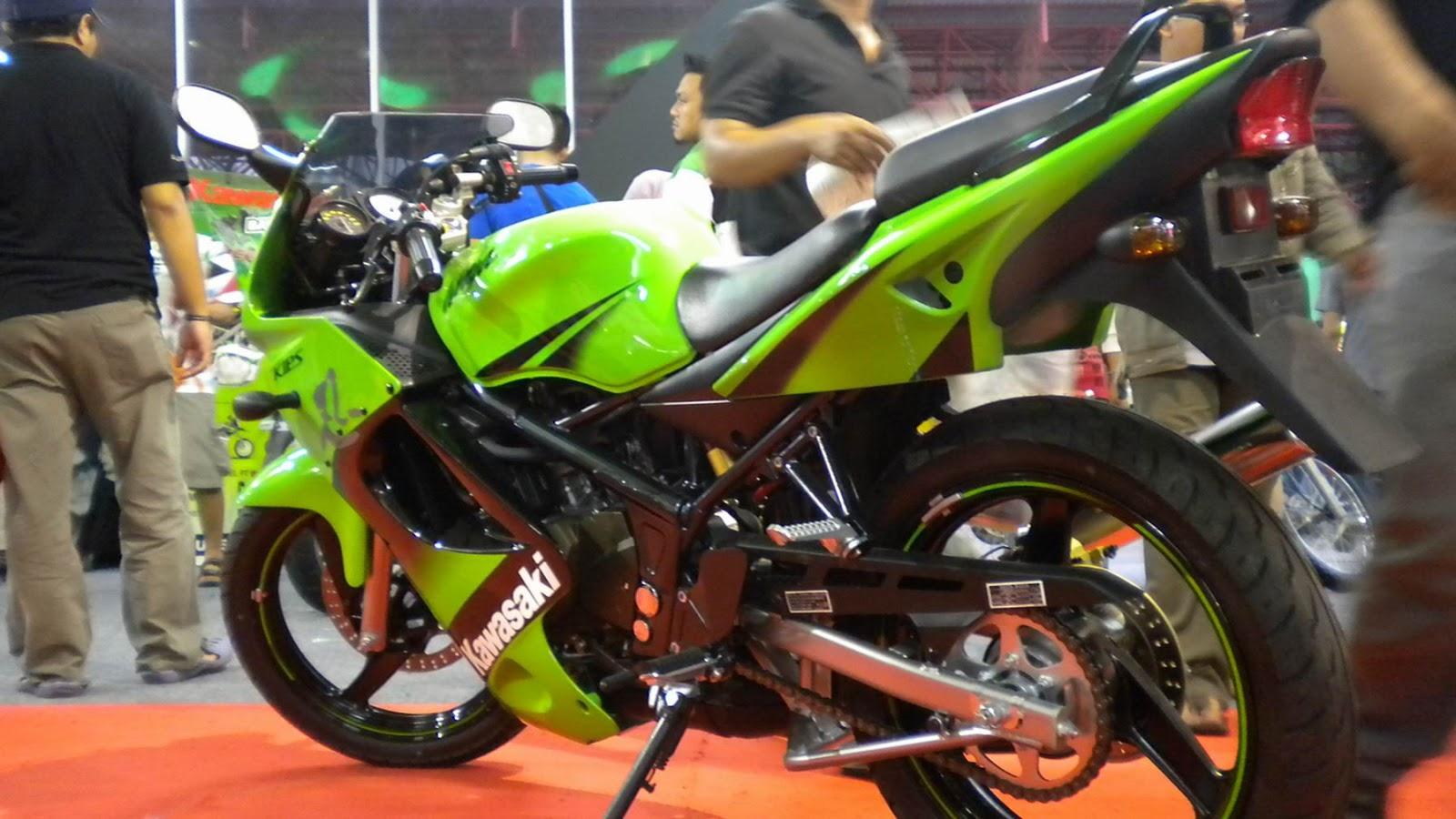 Motor kawasaki ninja 150RR warna Hitam title=