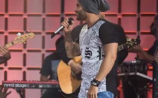 O cantor Gusttavo Lima apareceu no Multishow nesta terça (25) ao lado de Dorgival Dantas e Saulo.  Durante o show, era visível que Nivaldo estava sem aliança, ele é noivo da modelo Andressa Suita.