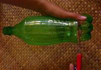bagian bawah botol bekas dengan tetap mengikuti lekukan model botol