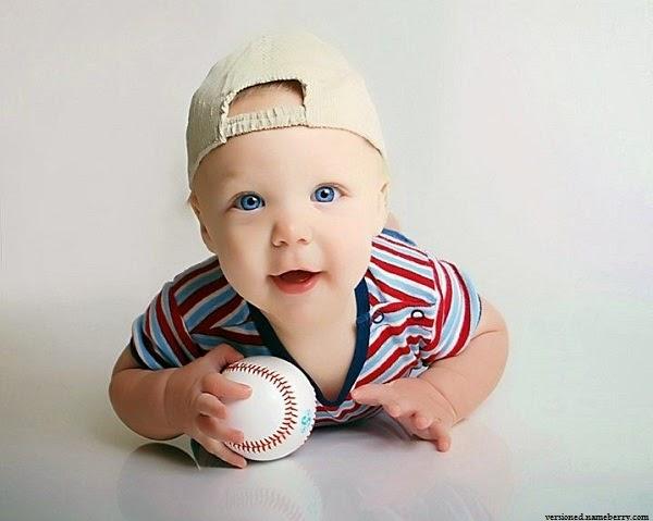 Photo bébé garçon joue au ballon