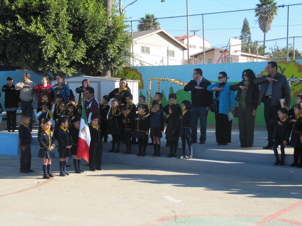 Educaci n bc see retoma honores a la bandera en jard n de for Banderas decorativas para jardin