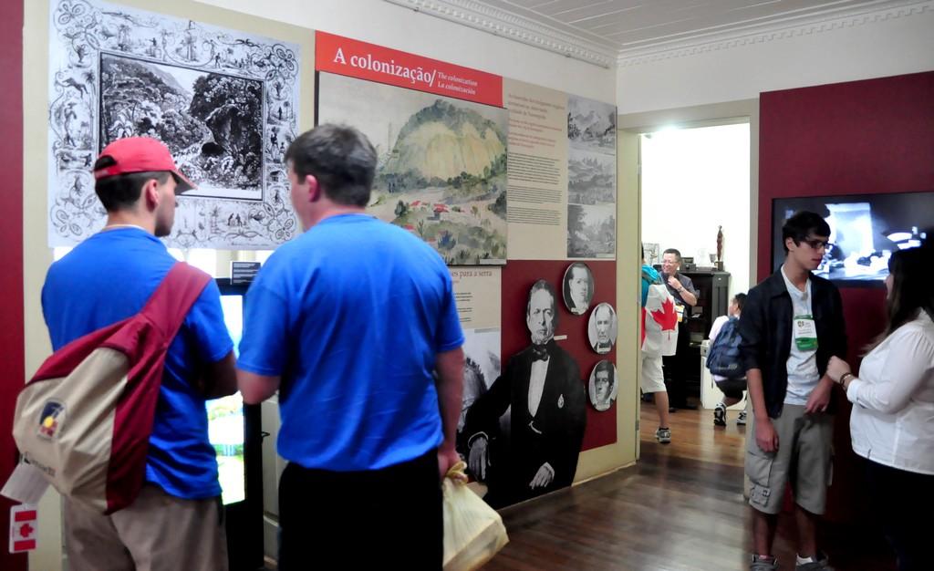 Confeccionada em formato inovador, a mostra 'Teresópolis, 122 anos de história' tem traduções em inglês e espanhol
