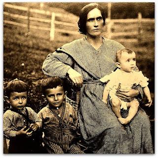 Família italiana no Monumento ao Imigrante, em Caxias do Sul.