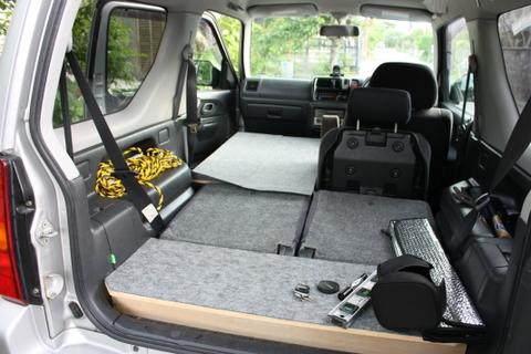 ⑤レジャー用の銀シートを敷き車中泊仕様ジムニーの完成です。