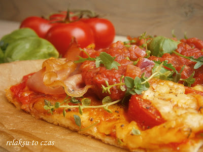 pizza z szynką, pomidorami, papryką,żółtym serem i ziołami