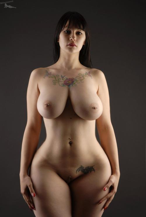 krasivie-pishnie-golie-figuri