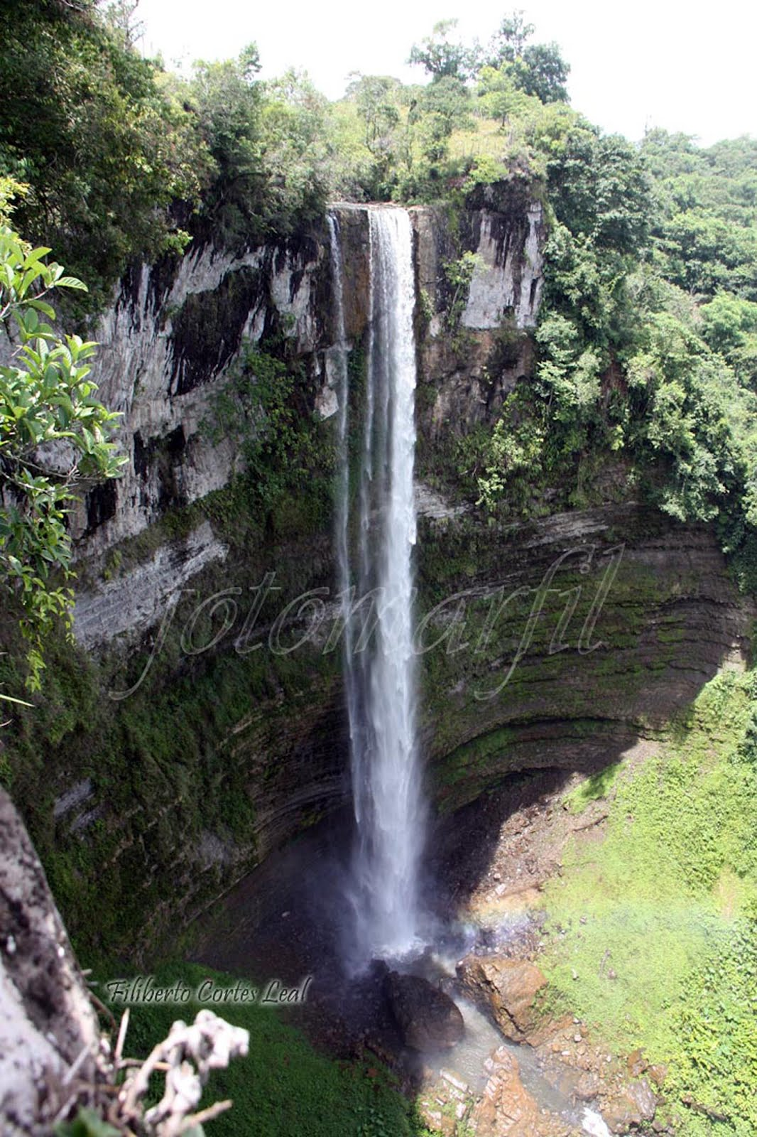 Foto marfil cascada piedra agujerada for Cascadas de piedra