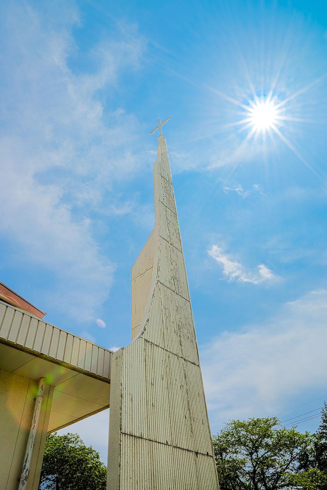 逆光で撮影した教会のHDR写真