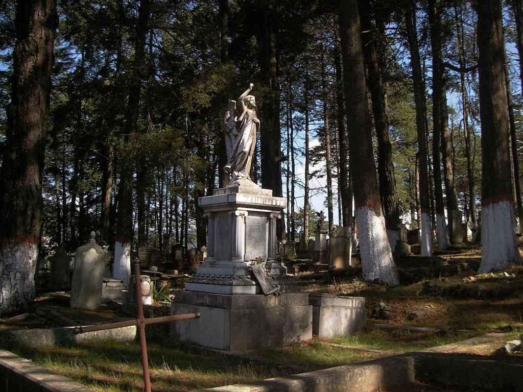 Una tumba solitaria en un panteón