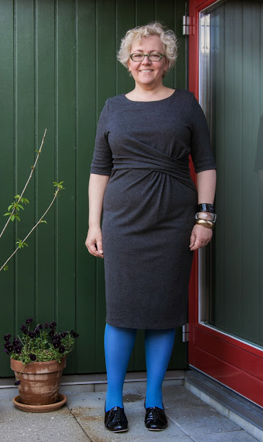 Kaffesoester in grey Phase Eight dress