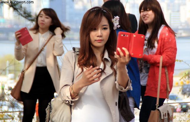 Chica coreana sacándose una foto selka