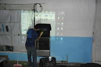 Los compañeros de Carlos Casares pintan sus remeras