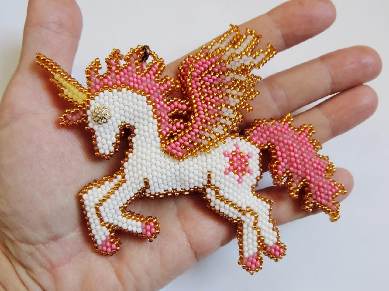 Лошадка-пегас-единорог из бисера кирпичным плетением