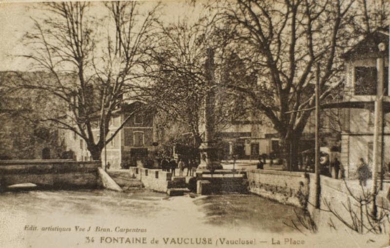 Ancienne carte postale : La place de Fontaine de Vaucluse dans les années 30