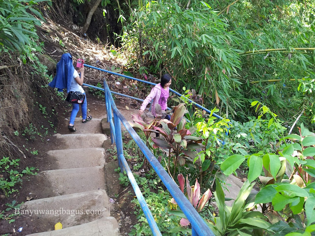 Anak tangga menuju air terjun Jagir Kampung Anyar.