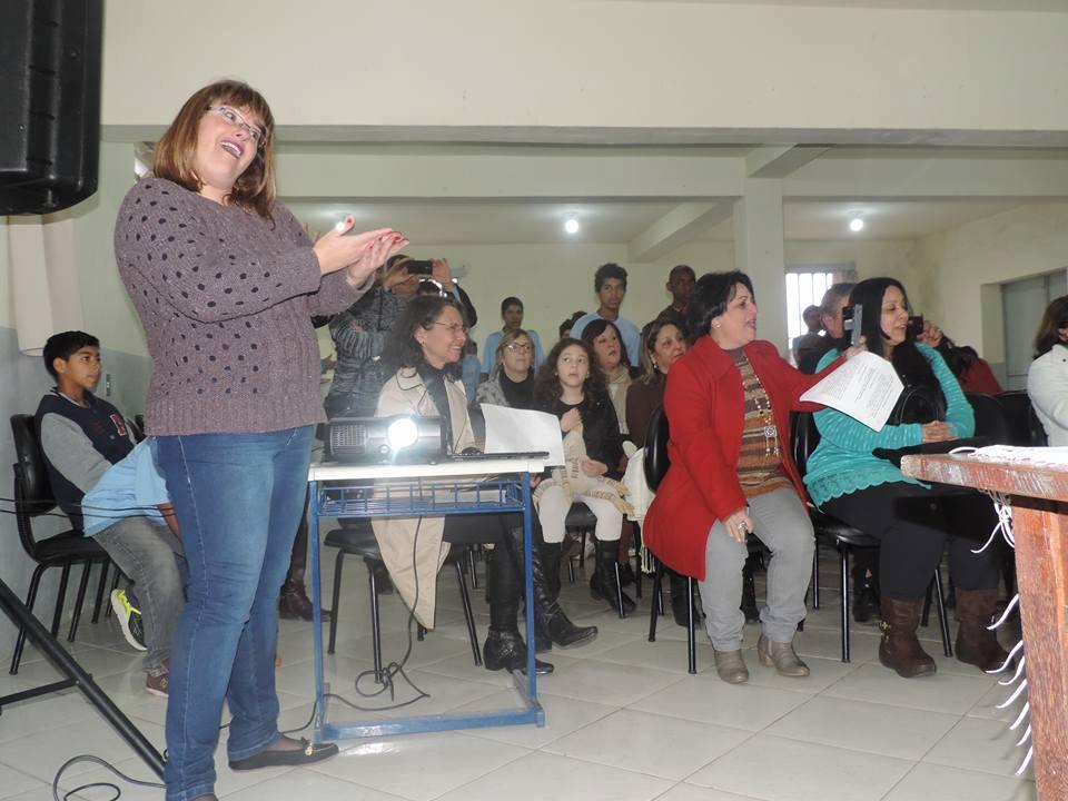 A professora orientando com mímica as alunas especiais