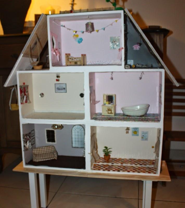 une chambre moi diy une maison en bois pour les sylvanians facile. Black Bedroom Furniture Sets. Home Design Ideas