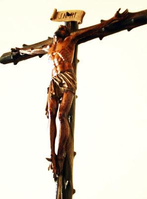 Cristo de palo de rosa que acompañado de los ciriales abre las procesiones de la cofradía de la Vera Cruz de León. Foto G. Márquez