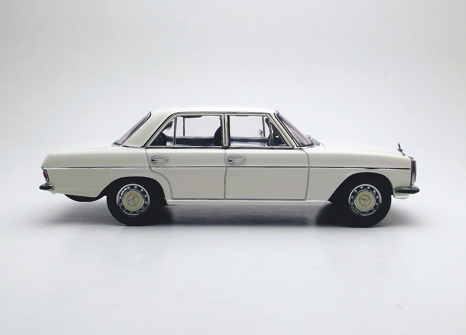 Diecast 1 43 mercedes benz 220d 1 43 autoart for Diecast mercedes benz
