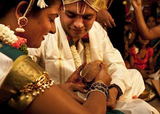 திருமணங்கள் சொர்க்கத்தில் நிச்சயிக்கபடுகின்றன. நம்மில் பலருக்கு சொர்க்கம் இருக்கும் திசை வடக்கா, தெற்கா, கிழக்கா, மேற்கா தெரியாது.   சொர்க்கம் என்பது சொல் வழக்கு. ஆனால் காதல் என்ற பெயரால் நடக்கும் கந்தர்வ திருமணம் இருக்கட்டும், பெரும்பகுதி திருமணங்கள் பெற்றோர்களால் தீர்மானிக்க படுகின்றன. பின்புலத்தில் ஜோதிடரும், ஜோதிடமும்.  இன்று பத்து பொருத்த கணிதங்கள் பந்தயத்தில் முதன்மை. பக்க பலமாக இவற்றையும் சேர்த்து 21 பொருத்தங்கள் இருக்கிறது.   அத்தனையும்  பத்து பொருத்த அட்டவணைக்கு பற்றாக்குறை ஏற்ப்படும் போது, பக்கபலமாக பந்திக்கு வரும். அத்தோடு சரி..அவாள் சேவை. இருக்கட்டும்.  ஆமாம் பொருத்தம் என்பது என்ன?  இன்னாருக்கு இன்னாரை இணைத்து  வைத்தால் இல்லறம் இனிக்கும் என்பதை கண்டுபிடிக்கும் கணிதம் என்று சொல்லலாமா?  சொல்லலாம். அல்லது என் மொழியில் சொல்வதனால் உளவுத்துறை ரிப்போர்ட்.  எல்லாம் சரி.. பொருத்தம் பார்த்து செய்த திருமணங்கள் வருத்தத்தில் முடிகிறதே ஏன்? எல்லோரையும் சொல்லலை. இதற்க்கு சதவிகித கணக்கு சரியாக வராது.  என்றாலும் சற்றேறக்குறைய சரி பாதிக்கு சற்றே அருகாமையில் பொருந்தா திருமணம் என்பதை வருத்தத்துடன் சொல்கிறேன்.  ஏன்? என்ன காரணம்?  ஜோசியர் சொன்னார். அடடா தம்பி.. பொருத்தத்தை பார்த்தேளா..பொருத்தம்னா இப்படித்தான் இருக்கணும். கணநேரம் கூட காலத்தை வீணடிக்க வேண்டாம். மாலை மாற்றிக்கொள்ளும் நேரம் வந்தாச்சு, போங்கோ.   இது ஜோதிடர் வாக்கு. ஜோதிட நம்பிக்கையில் சொல்லப்பட்ட வாக்கு.  நம்பித்தான் நடந்தது திருமணம். ஆனால் விரைவிலேயே வந்தது விவகாரத்து.  ஏன்? எங்கே ஏற்பட்டது தவறு?  சரி...இதுதான் இருக்கட்டும். இன்னொரு ஜோடி, இணை பிரியவில்லை. ஆனால் பிள்ளைபேறு மட்டும் சொல்லிக்கொள்கிற மாதிரி இல்லை. பால் மரம் பார்த்துதான் செய்யப்பட்டது திருமணம்.   இருப்பினும் வாரம் ஒருமுறை வயிறு பேதி சாப்பிட்ட மாதிரி வயிற்றில் ஒரு புழு, ஒரு பூச்சி....ம்ஹும்.  அப்படியானால் ஜோதிடம் பார்ப்பது தவறா? இந்த கேள்வி எழுவதற்கு காரணமே,  மனப்பொருத்தம் மட்டுமே பார்த்த ஜோடிகளுக்கு தசப்பொருத்தம் தேவைப்படவில்லை.  காதல்.... காதல் ... இல்லறத்தில் நுழைந்தது முதல் இன்று வரை பிரச்சனை என்பது பெரிய அளவில் இல்லை.  ஆச்சரியப்படும் விதமாக அற்ப்புதமாக வாழ்க்கை. அவ்வளவு ஏன்? எல்லோருக்கும் பலன் சொல்லுமாம் பல்லி, கழனி பானையில் விழுந்துச்சாம் துள்ளி எ