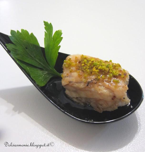 finger food di tonno miele e pistacchi e un galletto.......