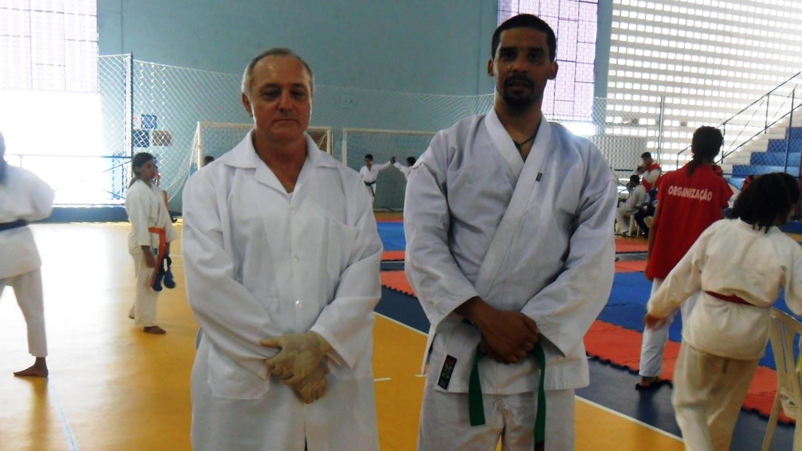 Foto professor Hélio Simões e Doutor Jordão Ramos trabalhando como socorristas no XV Campeonato Pernambucano de Karatê Interestilos