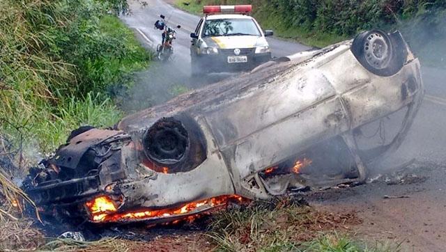 Pai e filha morrem carbonizados após veículo capotar
