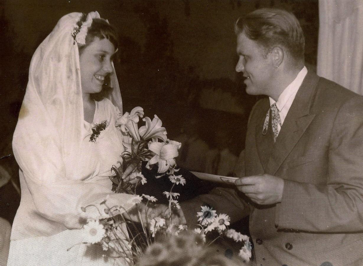 Mammas kāzas 1960. g. 9. jūlijā . Sveic Taurkalnes (Pētermuižas) skolas direktors Vasilijs Iskrovs