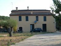 Façana de ponent de Can Rogent, on es pot endevinar l'estructura basilical de l'edifici